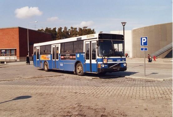 Wiima K 202 Volvo B10M-60 MK III Volvo THD102KF HKL 9129 pysäköintynä Itä-Helsingin Vuosaaren metroaseman urheilutalon ja kirjaston ja lähella